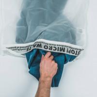 Guppyfriend est un sac qui retient les microparticules émanant des vêtements synthétiques lors de chaque lavage en machine.