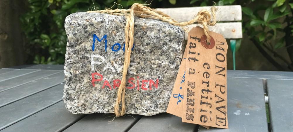 Margaux Sainte-Lagüe vend des pavés parisiens à 60 euros.
