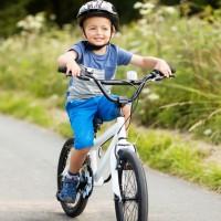 À vélo, port du casque obligatoire pour les enfants !