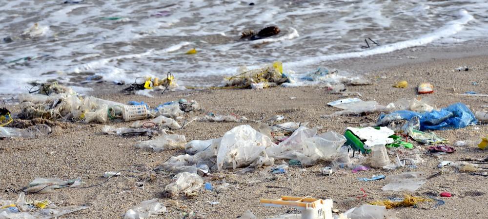 Opération nettoyage : des déchets de grandes marques sur les plages françaises