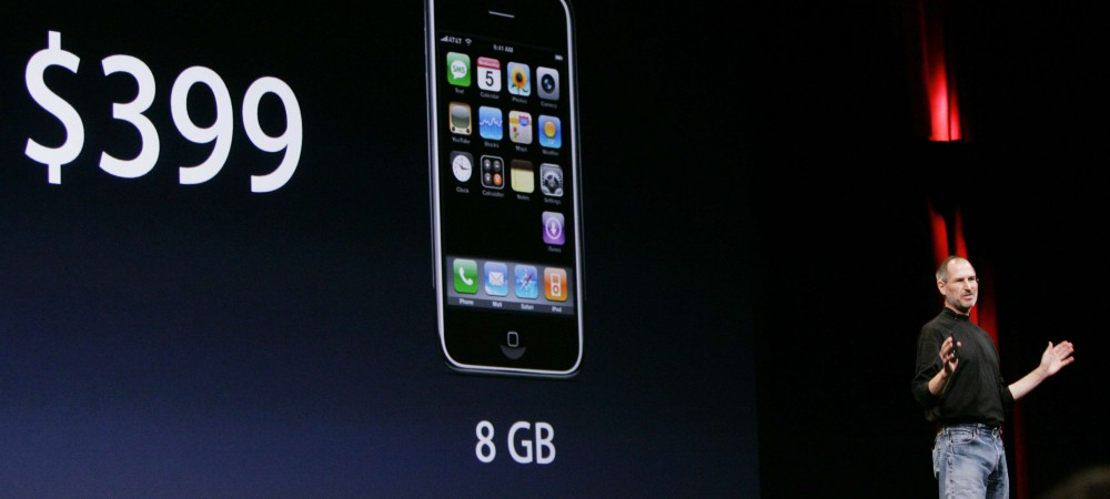 Steve Jobs, le patron d'Apple, annonce à San Francisco, le 5 septembre 2007 que l'iPhone 8Go serait vendu 399 dollars.